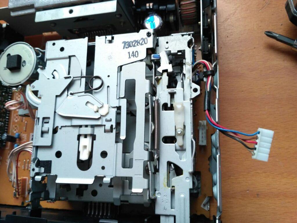 Cables del lector de cintas desconectados de la placa base