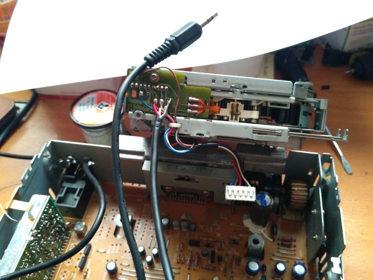Soldadura del cable de audio a las salidas analógicas del lector de cassettes.