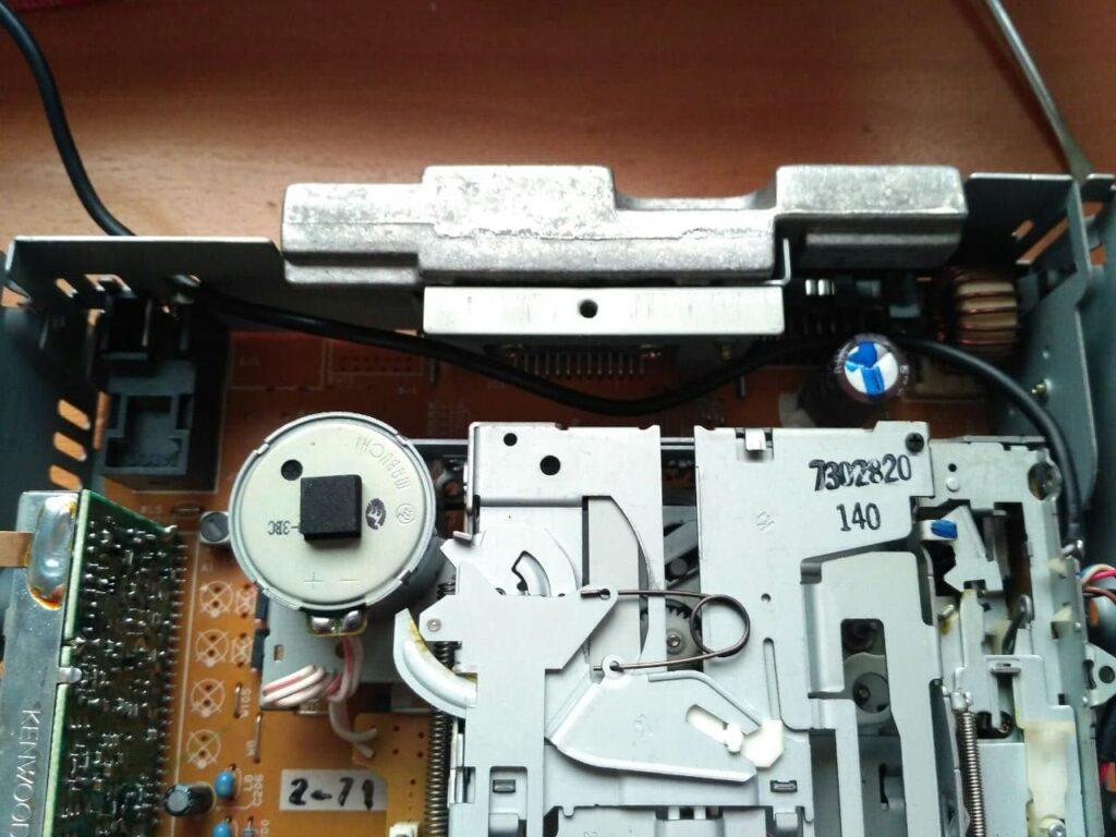 Lector de cintas montado y con la salida auxiliar.