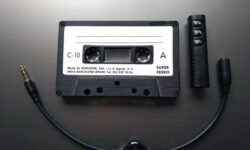 Cinta de cassette modificada, cable de audio con control de volumen y transmisor de bluettoth con micrófono incorporado.